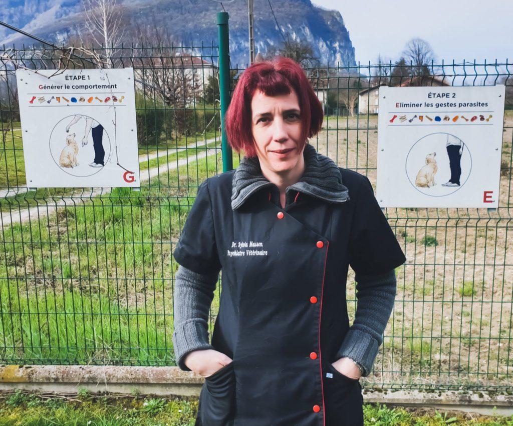 Sylvia Masson dans l'enclos de l'école du chiot - Crédit photo : J.-J. T. Le Dauphiné